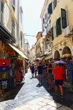 Kommersiell gata Korfu Grekland för gammal stad Arkivfoto