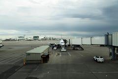 Kommersiell Jet At Terminal Denver International flygplats Royaltyfri Foto