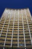 Kommersiell kontorsbyggnad med konkav fascade Arkivfoto