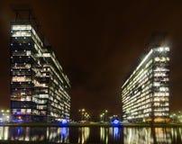 Kommersiell kontorsbyggnadyttersida - nattsikt Arkivbild