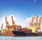 Kommersiell skepp- och lastbehållare på portbruk för importexpor royaltyfria bilder