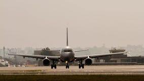 Kommersiell stråltrafikflygplan på landningsbanan Fotografering för Bildbyråer
