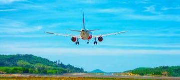 Kommersiell trafikflygplanlandning på en flygplats i South East Asia Arkivbild