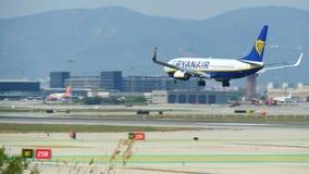 Kommersiell trafikflygplanlandning p? Barcelona den internationella flygplatsen stock video
