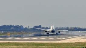 Kommersiell trafikflygplanlandning p? Barcelona den internationella flygplatsen arkivfilmer
