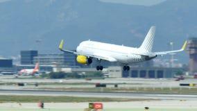 Kommersiell trafikflygplanlandning p? Barcelona den internationella flygplatsen lager videofilmer