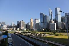 Kommersiella byggnader i centrala Hong Kong med blå himmel, vägar Royaltyfria Bilder