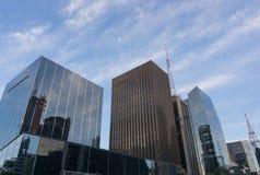 Kommersiella byggnader i dag för blå himmel arkivfoton