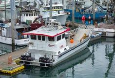 Kommersiella fiskebåtar som får klara för laxsäsongen Royaltyfria Bilder