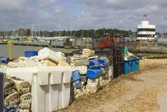 Kommersiella fisknät och plast- askar kasserade på kajen på Warsash på sydkusten pf England i Hampshire arkivfoto
