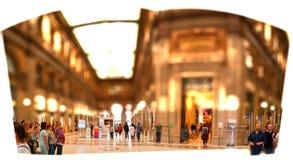 Kommersiella gallerier i Italien Rome och hastiga turister som tillfredsställer skavanken av överskott shopping arkivfoto
