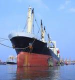Kommersiellt behållareskepp som svävar på bruk för flodport för import arkivfoto