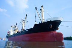 Kommersiellt behållareskepp som svävar på bruk för flodport för import royaltyfri fotografi