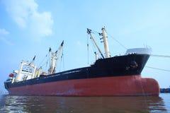 Kommersiellt behållareskepp som svävar på bruk för flodport för import arkivfoton