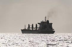 Kommersiellt fartyg i Röda havet Royaltyfri Foto