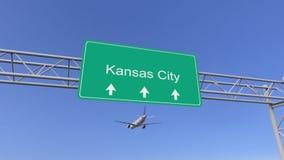 Kommersiellt flygplan för tvilling- motor som ankommer till den Kansas City flygplatsen Resa till den begreppsmässiga tolkningen  Royaltyfri Fotografi