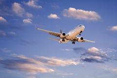 Kommersiellt flygplan i aftonSky Arkivfoto