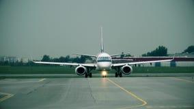 Kommersiellt flygplan som åker taxi på den internationella flygplatsen, främre sikt Arkivfoton