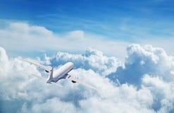 Kommersiellt flygplan som flyger ovannämnda moln Royaltyfri Foto