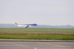 Kommersiellt flygplan som tar av Arkivfoton