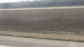 Kommersiellt flygplan som tar av Landskap från det plana fönstret Det finns vibrationer i videoen arkivfilmer