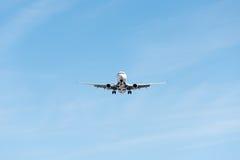 Kommersiellt flygplanflyg i blå himmel, full klaff och landningge royaltyfri fotografi