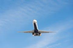 Kommersiellt flygplanflyg i blå himmel, full klaff och landningge arkivfoto