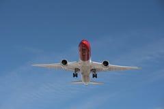 Kommersiellt flygplanflyg i blå himmel, full klaff och landningge royaltyfria foton
