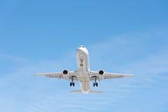 Kommersiellt flygplanflyg i blå himmel, full klaff och landningge royaltyfri bild
