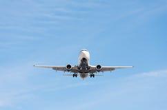 Kommersiellt flygplanflyg i blå himmel, full klaff och landningge royaltyfria bilder