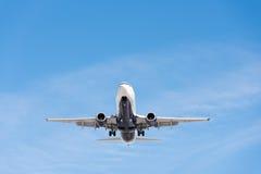 Kommersiellt flygplanflyg i blå himmel, full klaff och landningge arkivbild