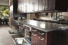 Kommersiellt kök med öppna Oven And Cabinets Royaltyfri Bild