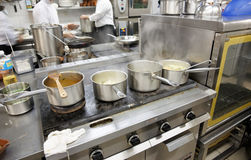 kommersiellt kök för varmt jobb Arkivfoton
