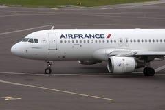 Kommersiellt vitt flygplanflygplan Royaltyfri Foto