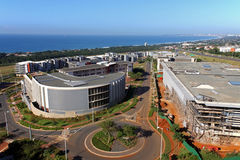 Kommerzielle städtische Küstenlandschaft gegen blaue Durban-Stadt Skyl lizenzfreie stockbilder