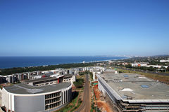 Kommerzielle städtische Küstenlandschaft gegen blaue Durban-Stadt Skyl stockfoto