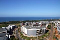 Kommerzielle städtische Küstenlandschaft gegen blaue Durban-Stadt Skyl stockbild