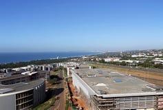 Kommerzielle städtische Küstenlandschaft gegen blaue Durban-Stadt Skyl lizenzfreie stockfotos