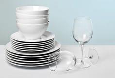 Kommerzielle weiße Teller und Kristallwein-Gläser Stockbild