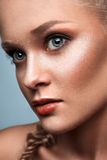 Kommerzielles blondes Modell der Mode Stockfotos