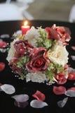 Kommt hier der Brautblumenstrauß lizenzfreie stockbilder
