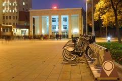 Kommunal bycicle som parkerar nära tunnelbanastationen Sportivnaya i Moskva Arkivbild