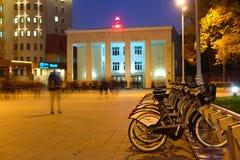Kommunal bycicle som parkerar nära tunnelbanastationen Sportivnaya i Moskva Arkivbilder