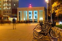 Kommunal bycicle som parkerar nära tunnelbanastationen Sportivnaya i Moskva Arkivfoton