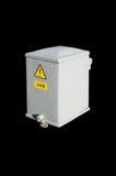 Kommunala elektriska grå färger boxas med det höga spänningstecknet Arkivfoto