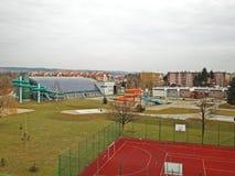Kommunala sportar som är komplexa med en dold simbassäng med en vattenglidbana och sportjordning modern design Sund livsstil Spo Arkivfoto