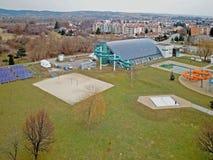 Kommunala sportar som är komplexa med en dold simbassäng med en vattenglidbana och sportjordning modern design Sund livsstil Spo Arkivbilder