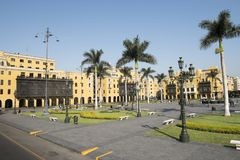 Kommunalt byggande stadshus f?r Lamunicipalidadde lima p? plazaborgm?starearmas lima Peru royaltyfria foton