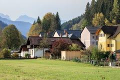 Kommunen av Sankt Gallen omgav vid fjällängbergen på en solig höstdag Styria Österrike, Europa arkivfoton