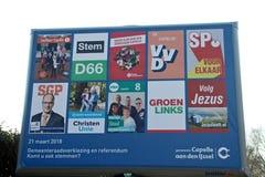 KommunfullmäktigevalNederländerna 2018: Affischtavla med alla partier som har kandidater i Capelle Aan Den Ijssel Arkivfoto